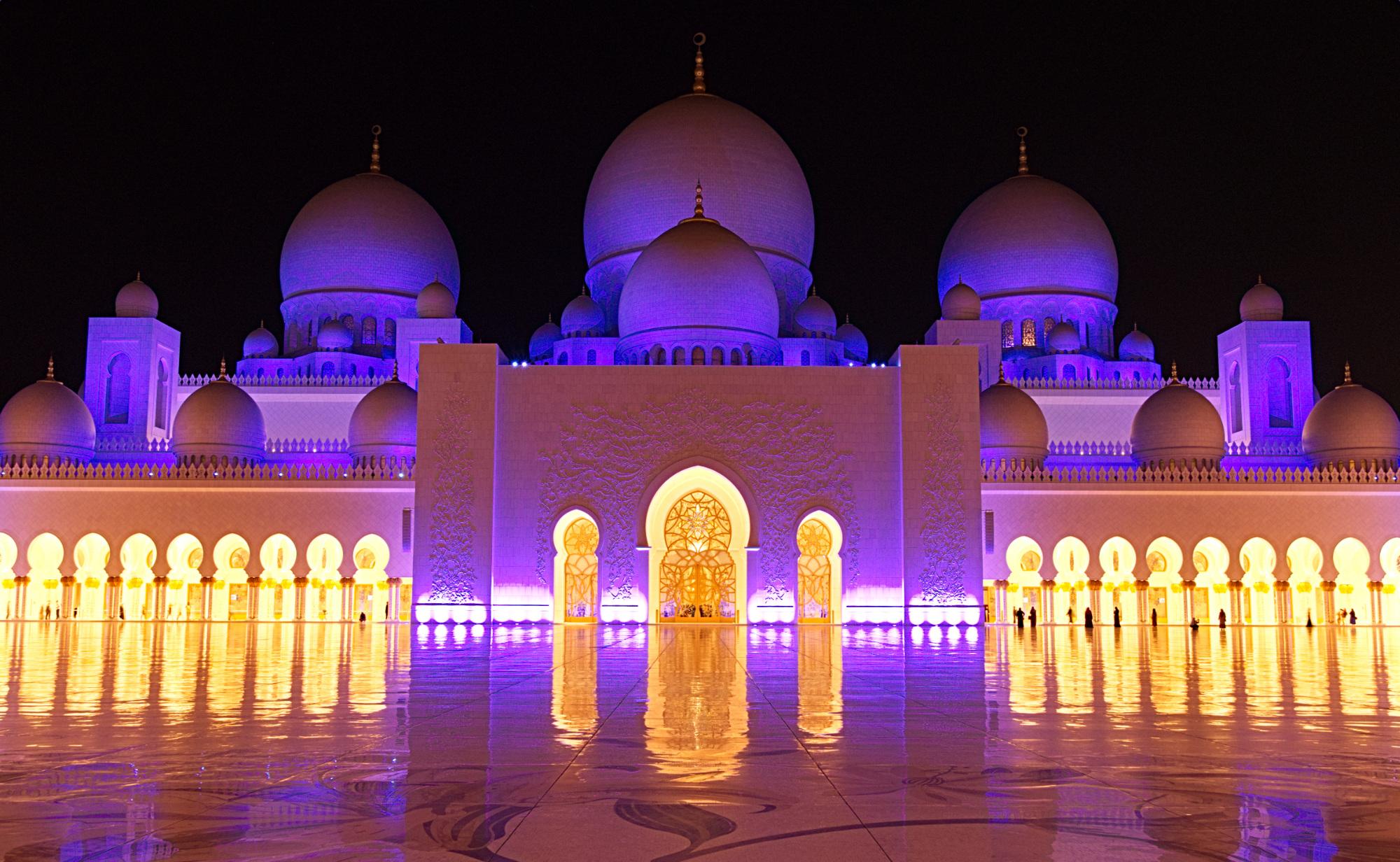 Innenhof der Scheich Zayid-Moschee nach Einbruch der Dunkelheit