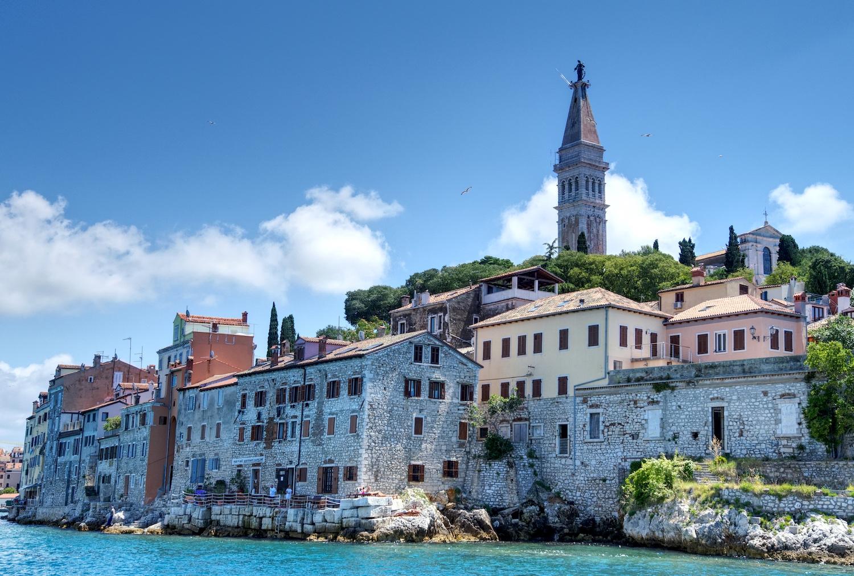 Ansicht der Altstadt von Rovinj vom Boot im Yachthafen