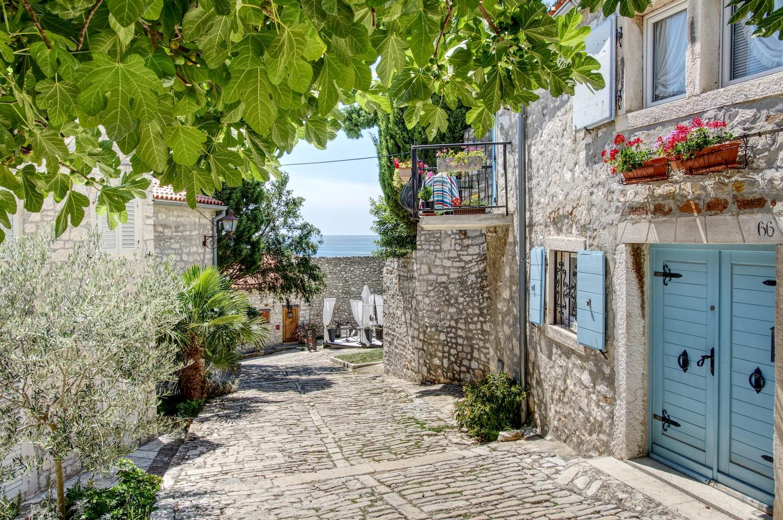 In den Gassen von Rovinj finden sich immer wieder versteckte Restaurants und Cafés