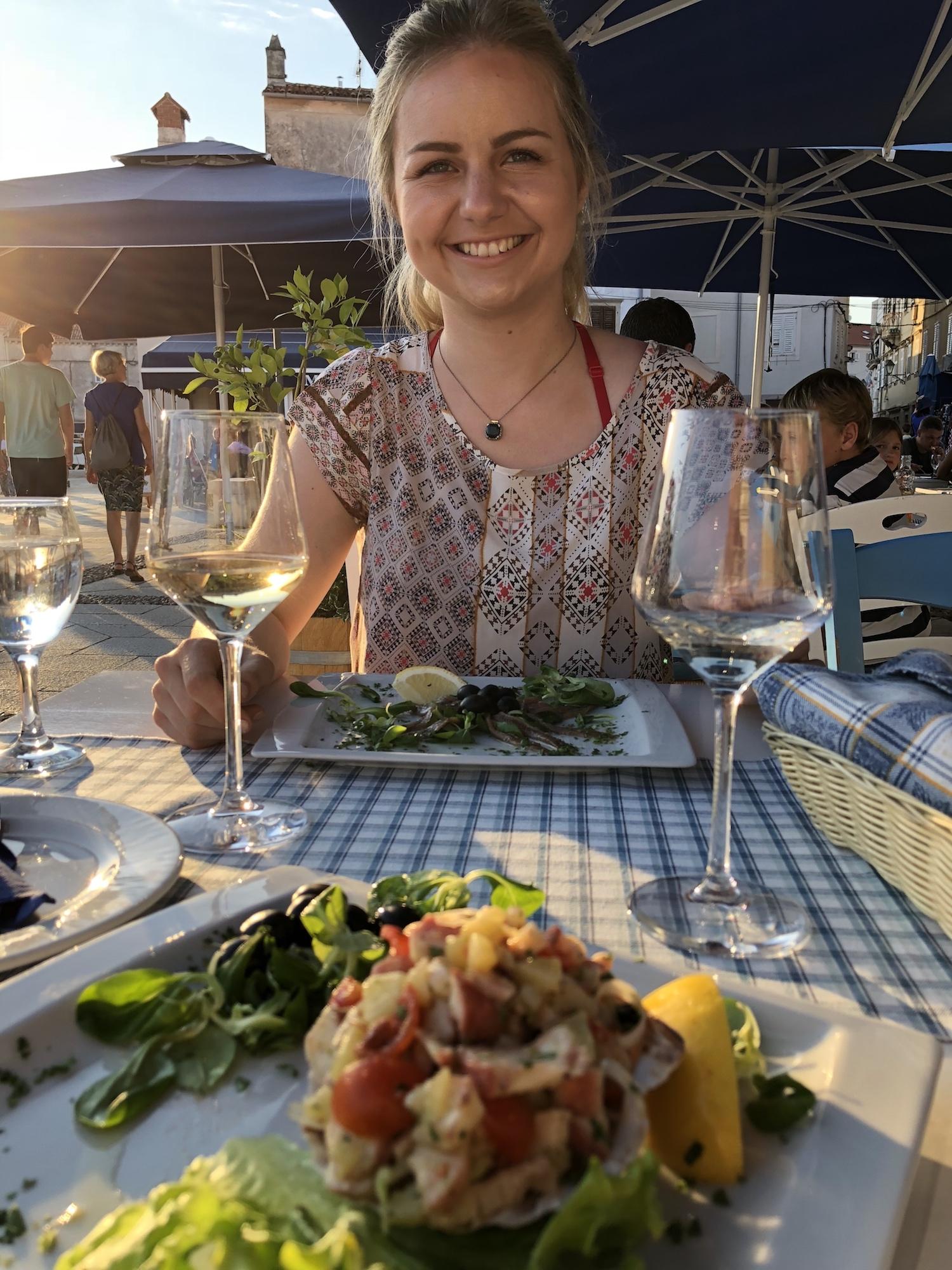 """Essen im Restaurant """"Feral"""" im Hafen von Cres"""