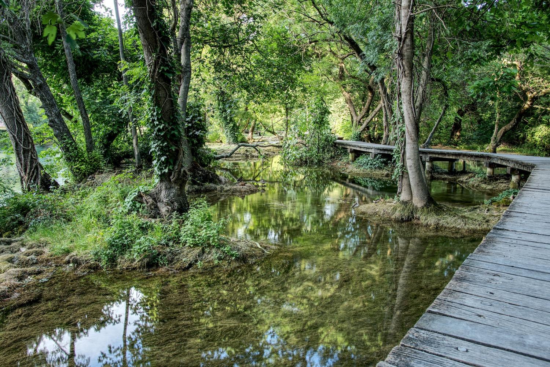 Blockbohlenwege führen die Besucher durch den Nationalpark Krka