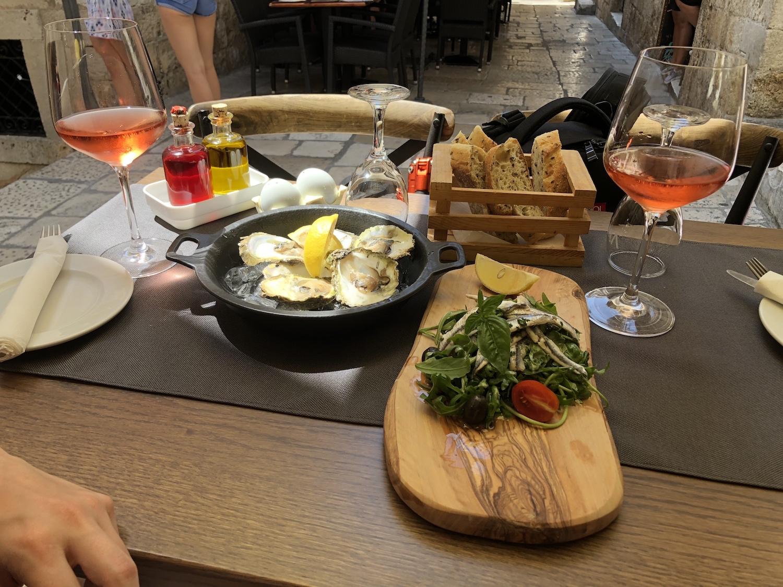 Austern aus Ston, Sardellen und lokale Weine in einem Restaurant in den Gassen Dubroniks