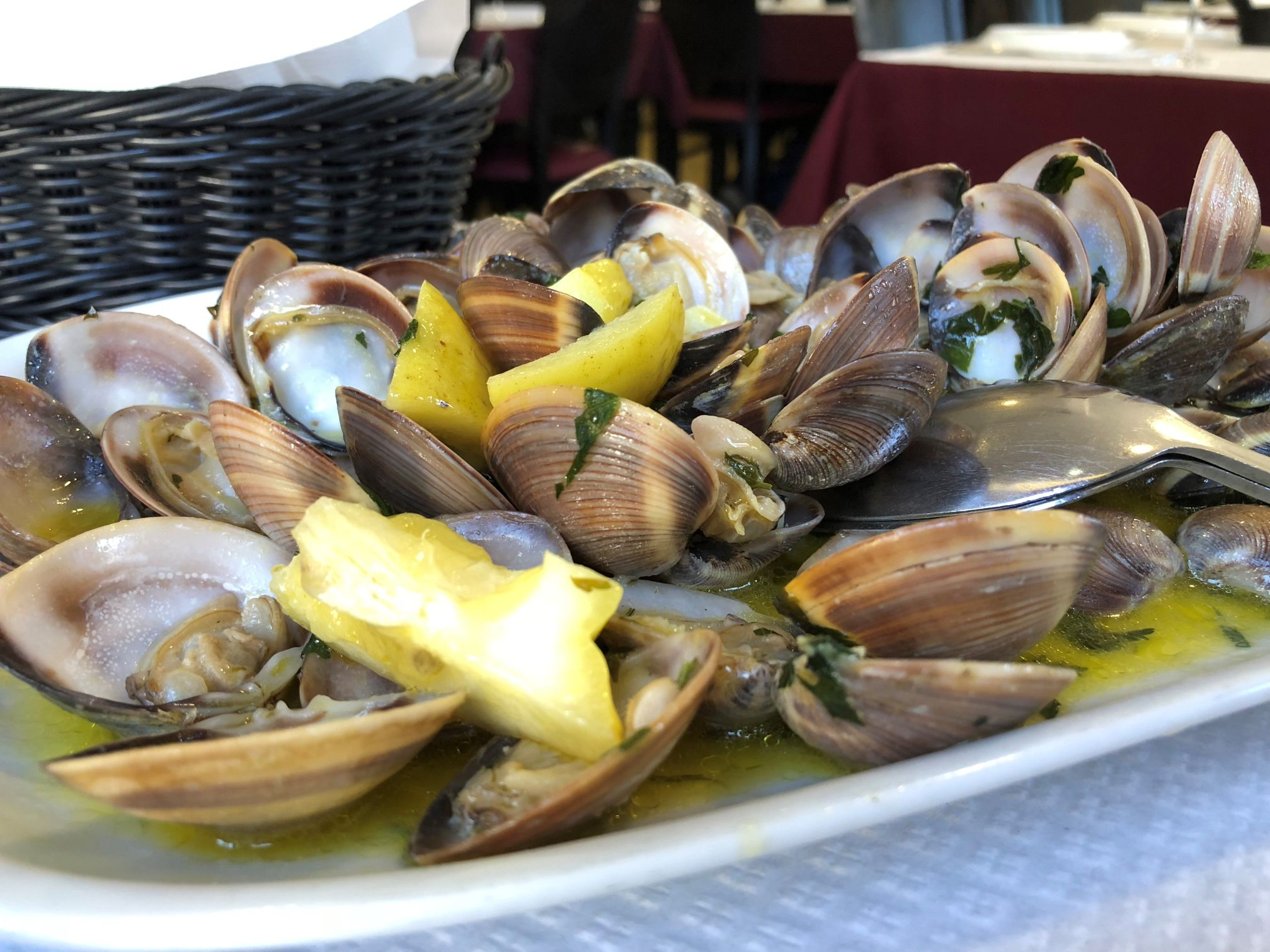"Clams with parsley and lemon in the ""Restaurant Teresa"" in Matosinhos"