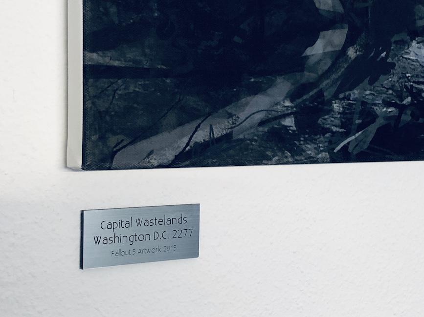 Galerieschild unter einem gedruckten Artwork