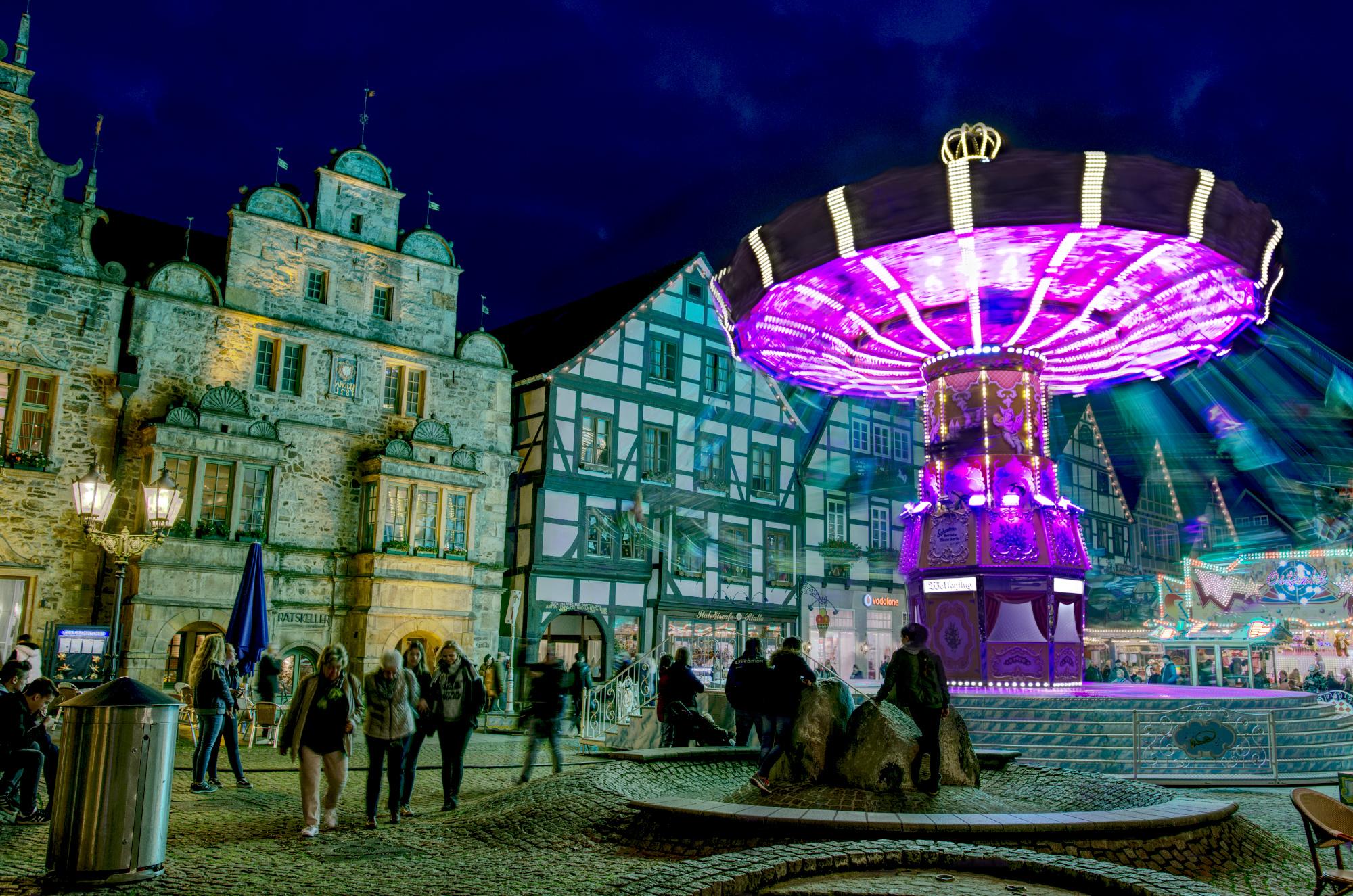 Kettenkarussel in der historischen Rintelner Altstadt während der Herbstmesse