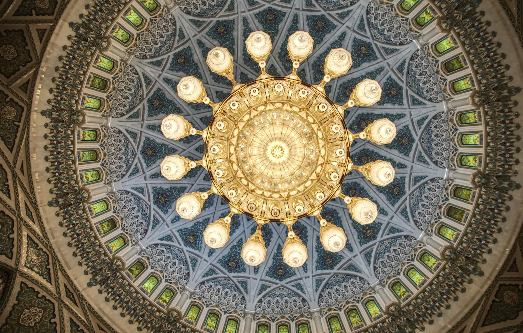 Kronleuchter in der Kuppel der großen Moschee von Mascat