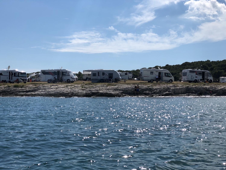 Campingplatz Arena Stupice: Die Wohnmobile stehen im Kreis auf einer kleinen Halbinsel