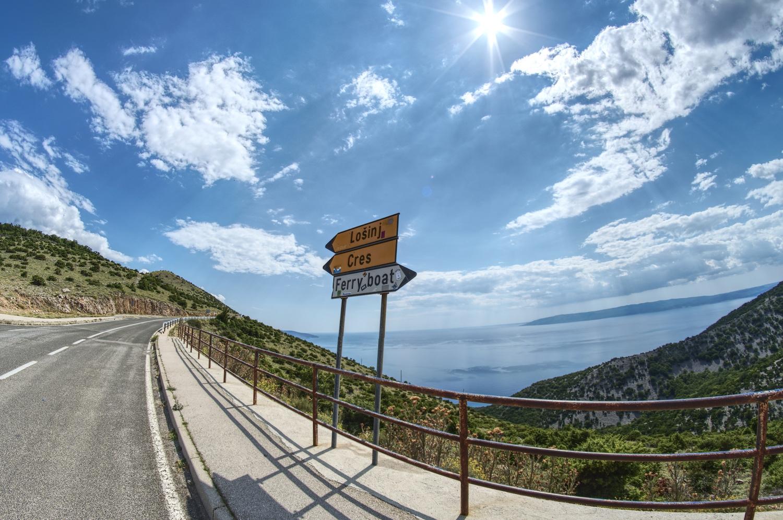 Blick von der zentralen Strasse der Insel Cres