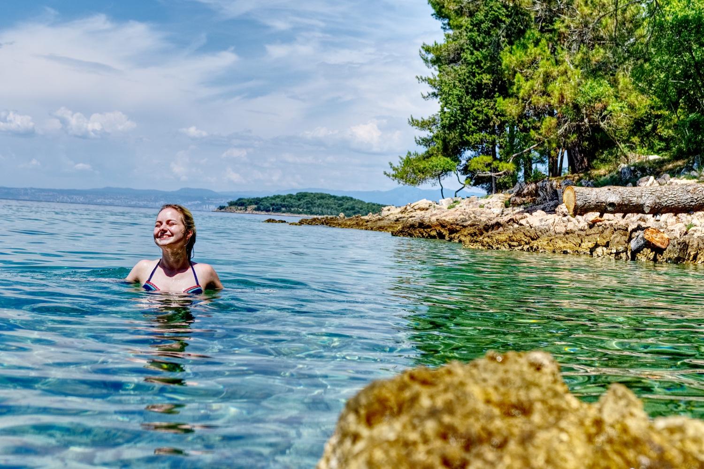 Abkühlung in einer menschenleeren Bucht mit kristallklarem Wasser bei Malinska