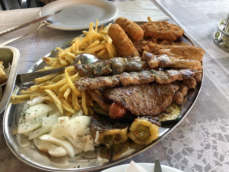 """Eine hervorragende Grillplatte für zwei Personen im Restaurant """"Zagreb"""""""