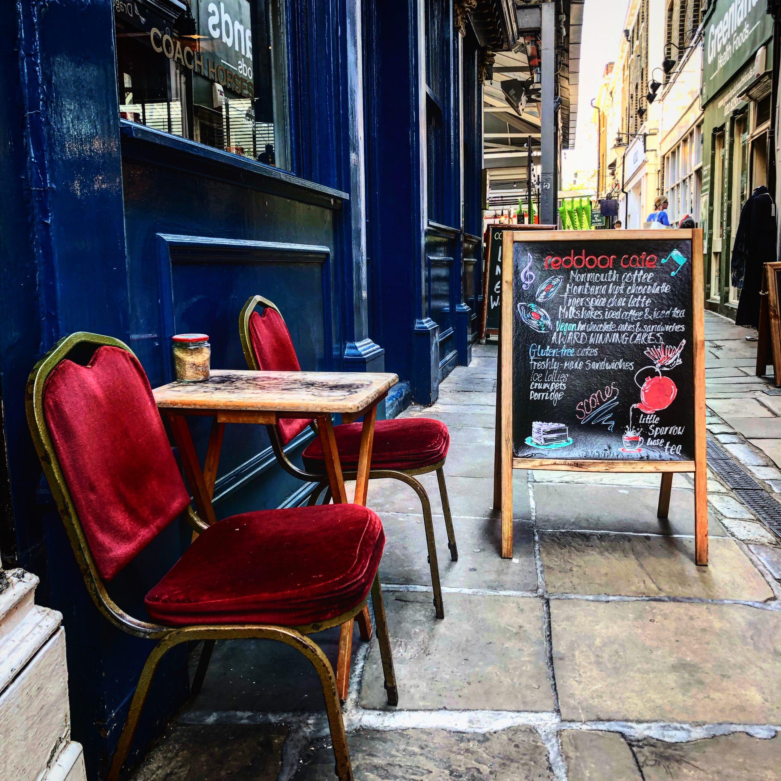 """Die schmale Gasse vorm """"Reddoor-Café"""" führt zum Greenwich Market"""