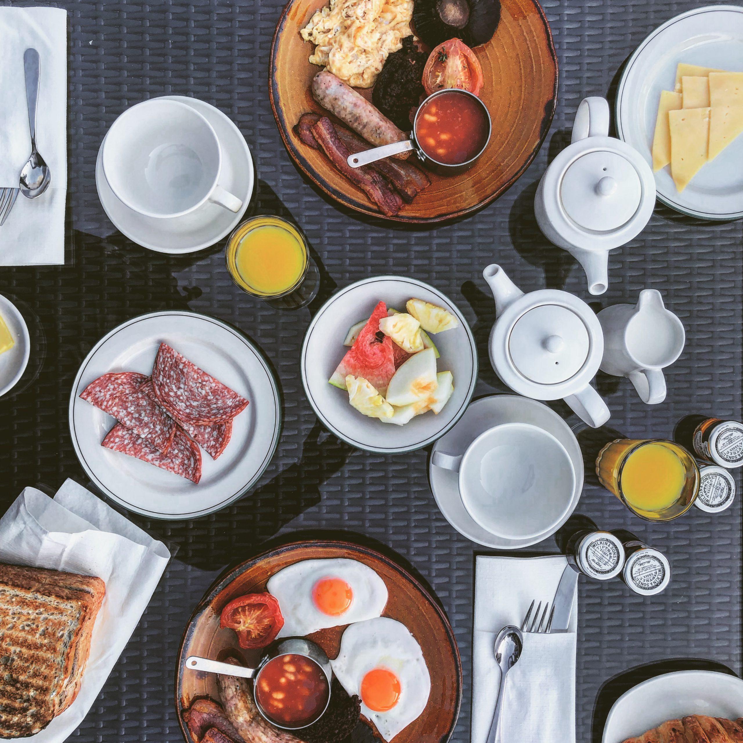 Typisch Britisch: Frühstück mit Wurstebrei und Bohnen in Tomatensauce
