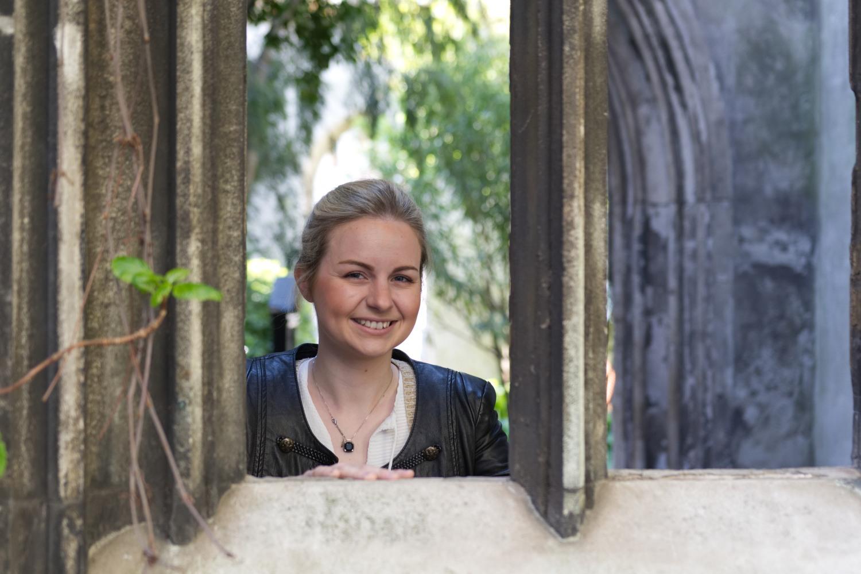 """Michelle schaut durch eines der Fenster der Kirchenruine """"St. Dunstan in the East"""""""