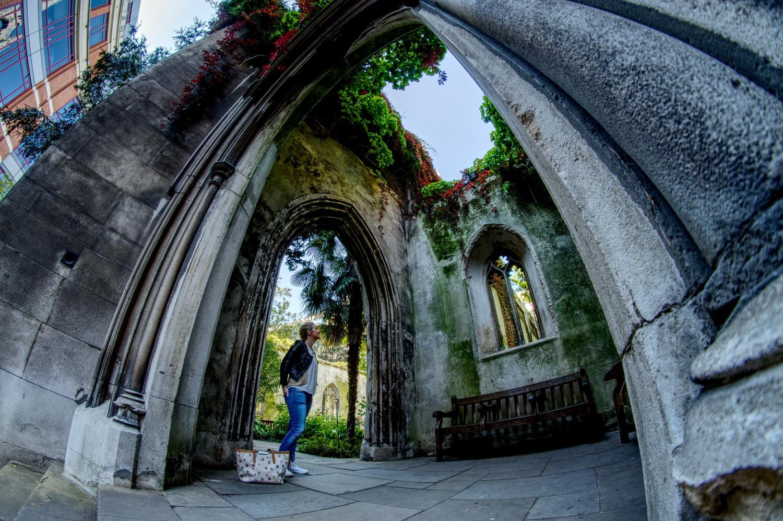 """Torbogen in den Ruinen der Kirche """"St. Dunstan in the East"""""""