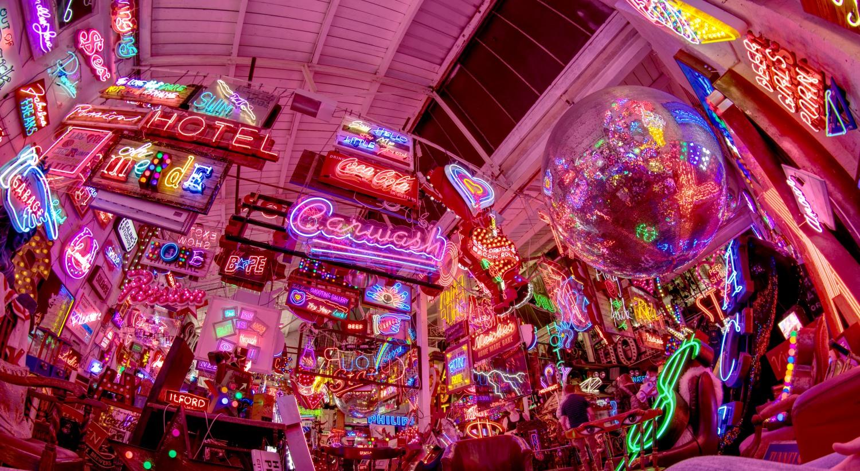 God's own junkyard: Neon-Leuchtschrift so weit das Auge reicht