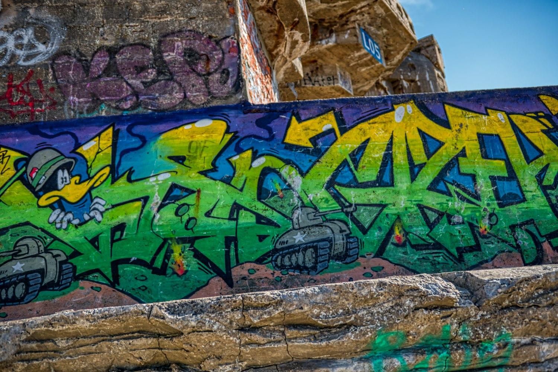 Graffitis mit historischem Bezug an einem der Bunkerreste