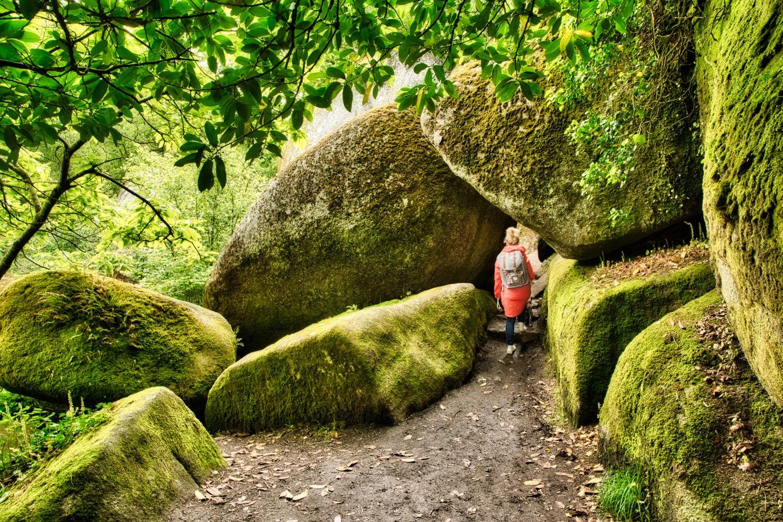 Wir bahnen uns unseren Weg tiefer in den Wald von Huelgoat und zwängen uns durch die engen Felsen