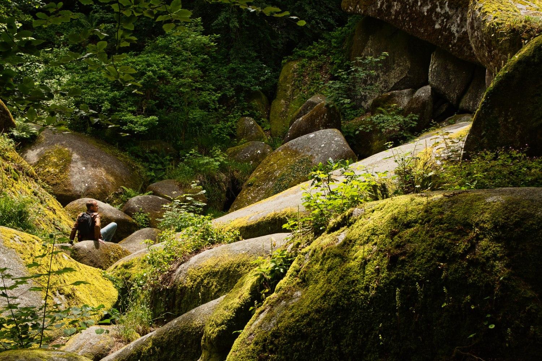 Daniel erkundet die Felsen im Wald von Huelgoat