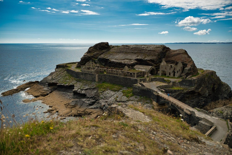 """Auf der alten Brücke zur Insel """"Îlot des Capucins"""" kann man ganz klein Daniel erkennen"""