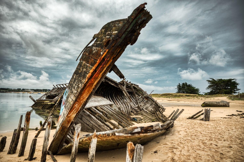 """Das """"Gerippe"""" eines alten Fischerbootes auf dem Schiffsfriedhof von Étel"""