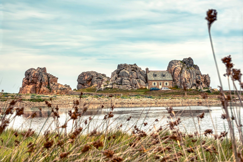 "Das ""Haus zwischen den Felsen"" in Plougrescant"