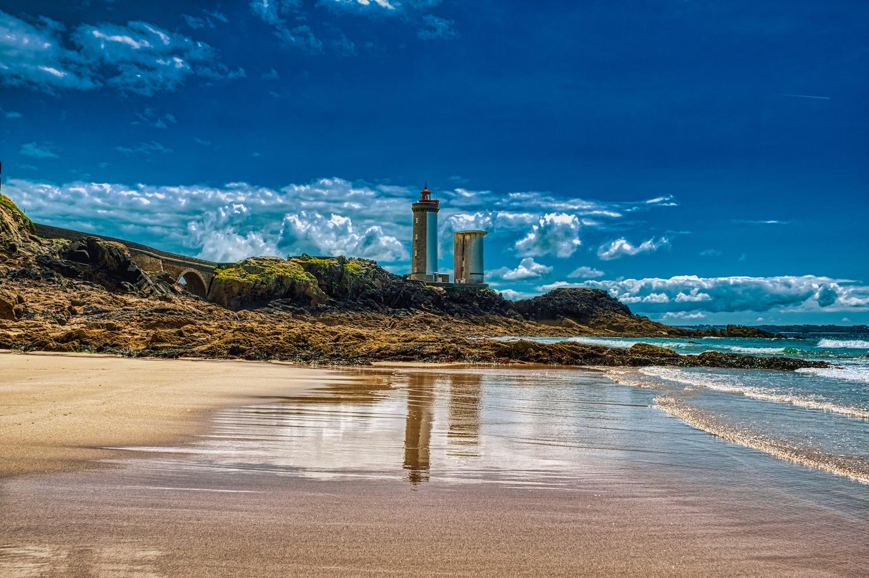 """Der Leuchtturm """"Phare Petit Minou"""" von dessen Bucht aus gesehen"""