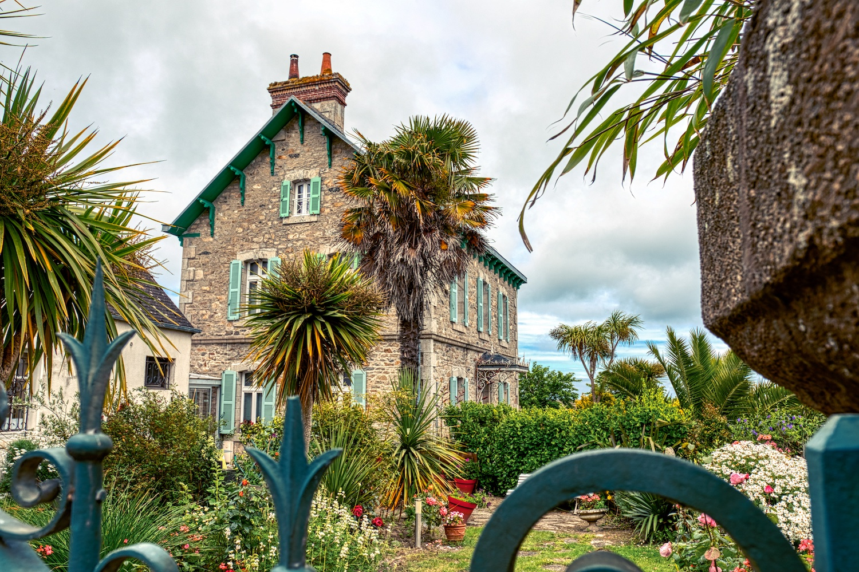 Blick über den Gartenzaun in Roscoff