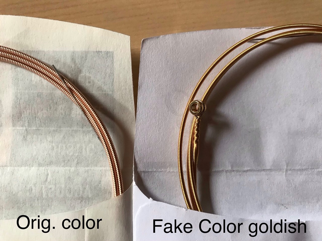 Bronzene Farbe beim Original, goldener Schimmer beim Fake
