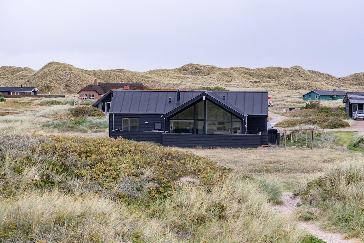 Große Glasflächen im dänischen Ferienhaus ermöglichen den Blick auf die Düne