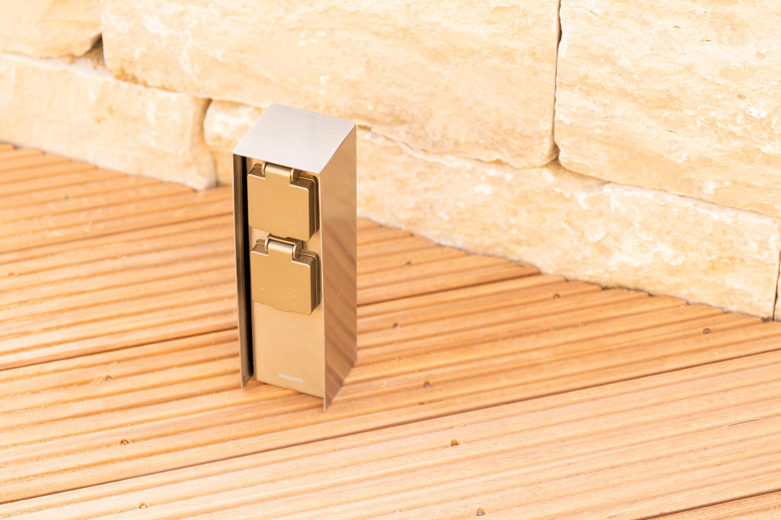 Klein, stabil und elegant: Die Philips Außensteckdosen aus Edelstahl für die Terrasse.