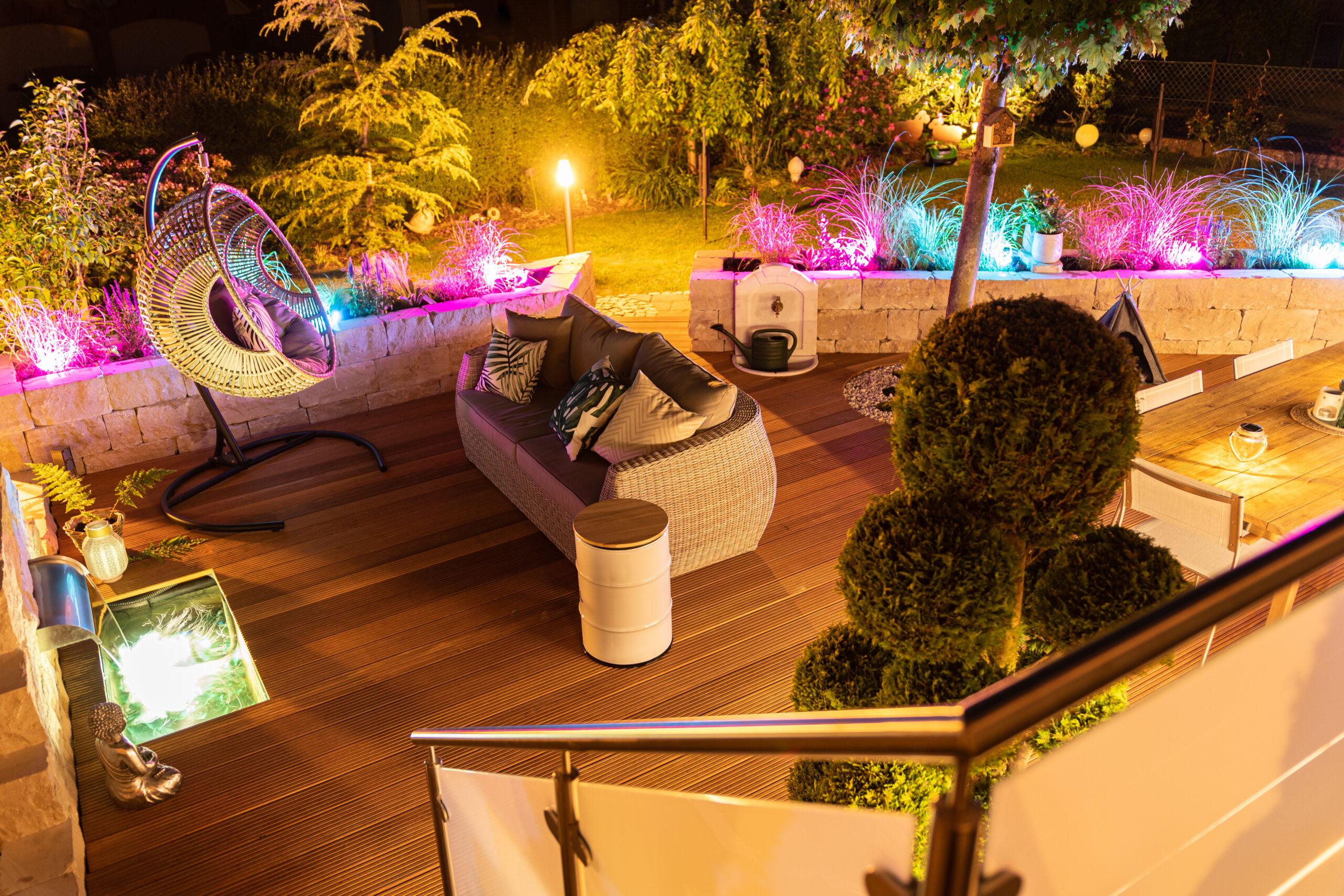Die Lichter verbreiten Wohlfühlatmosphäre im Garten und auf der Terrasse. Es ist ein bisschen wie im Auenland.