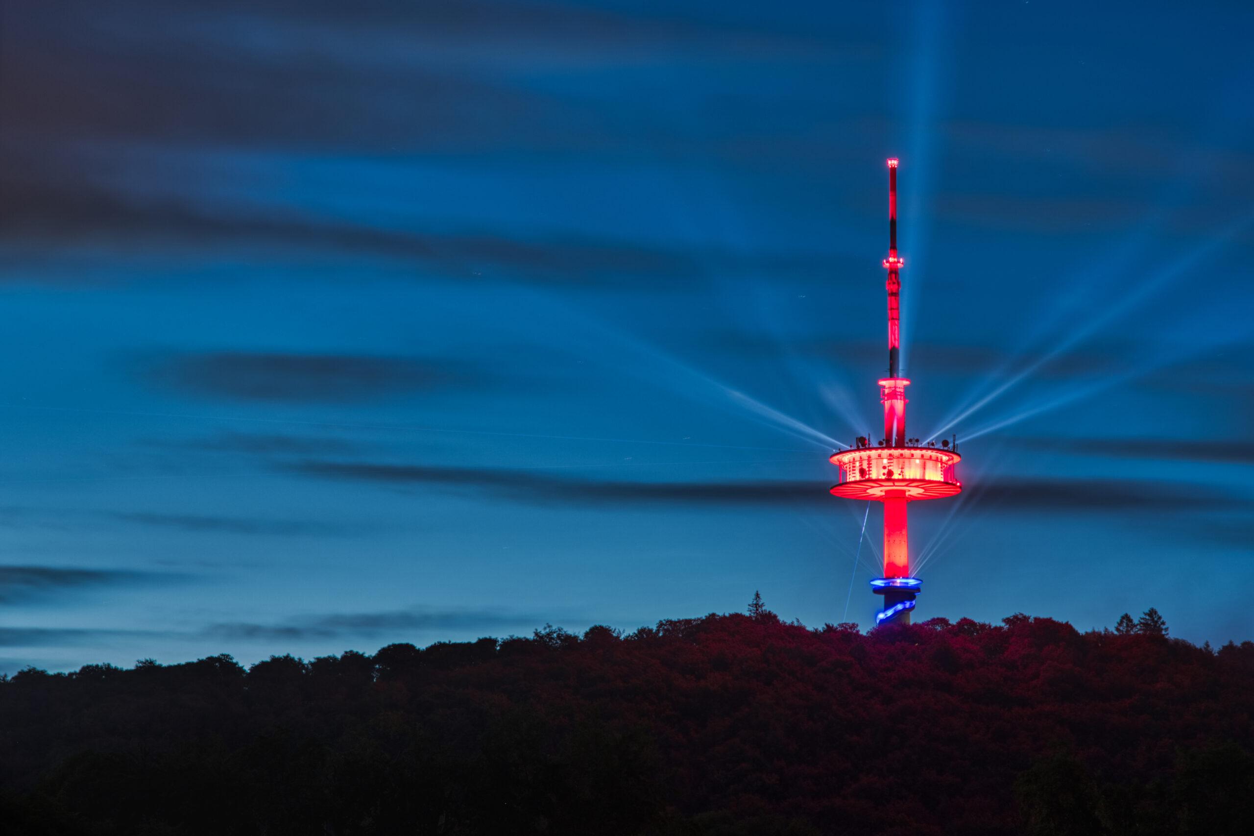 Der Fernsehturm Porta Westfalica wird zum Leuchtsignal für #kulturerhalten. In bunten Farben erstrahlt der Fernmeldeturm auf dem Jakobsberg und wirft sein Licht auf Kultureinrichtungen im Mühlenkreis.