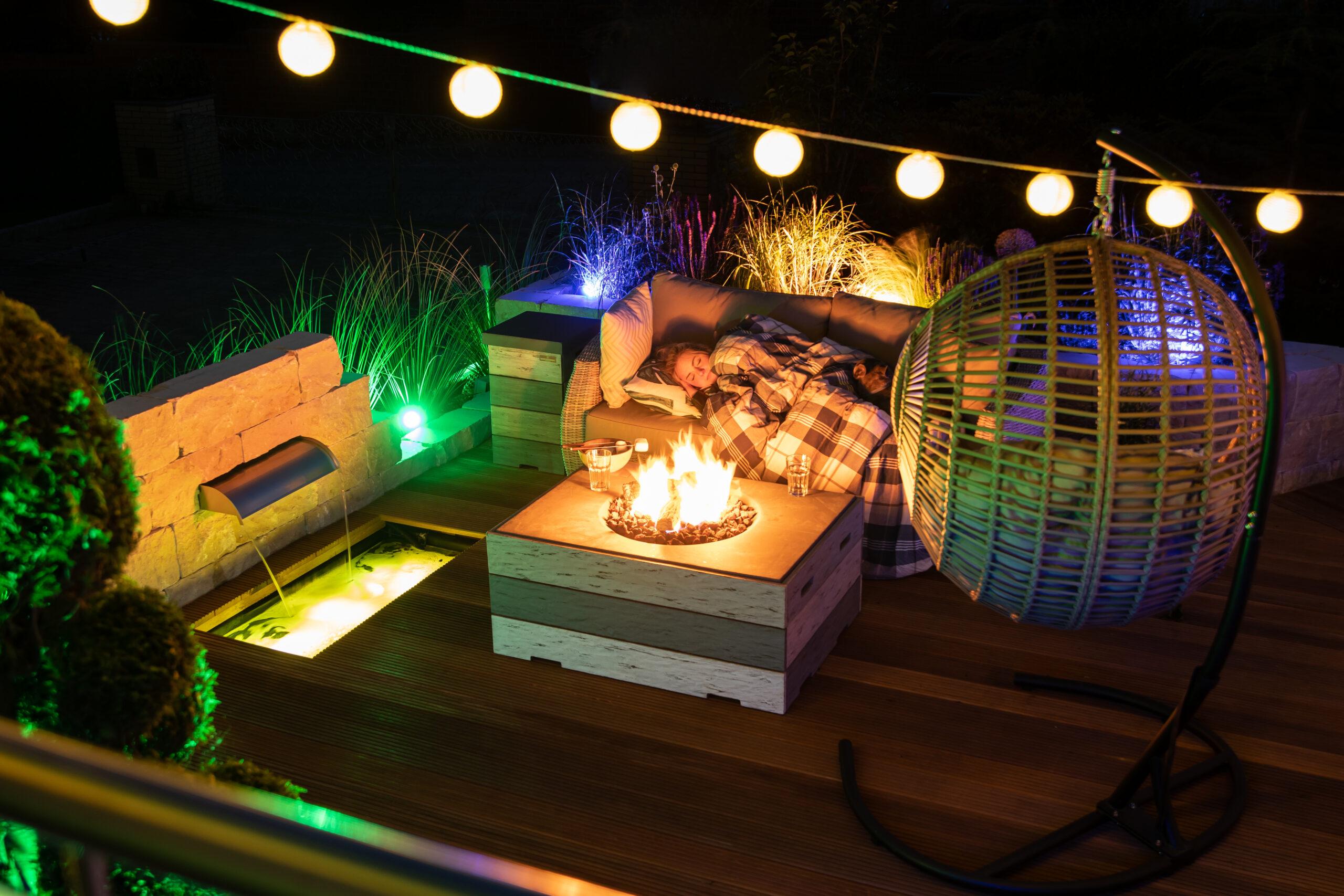 Kuschelatmosphäre am Feuertisch