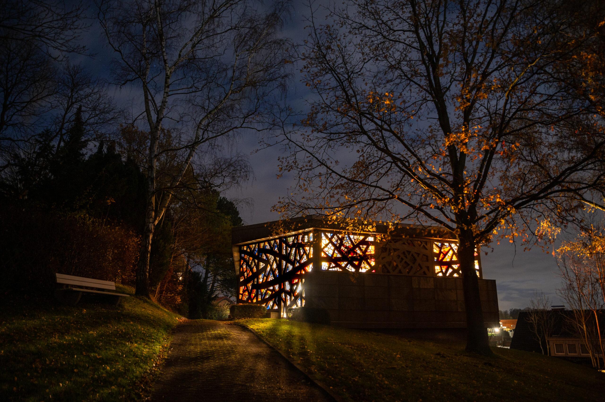 Ansicht der Friedhofskapelle Hausberge aus Richtung des Friedhofs.
