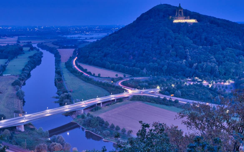 Blick von der Portakanzel zum Kaiser-Wilhelm-Denkmal auf dem Wiehengebirge