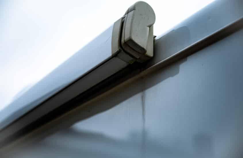 Regenstreifen und Grünbelag am Wohnmobil effektiv entfernen