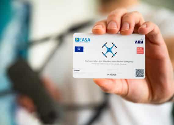 Drohnenausweis und Führerschein für Fernpiloten im Scheckkartenformat auf Plastikkarte gedruckt.