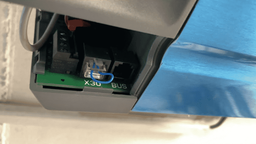 The HmIP-MOD-HO is connected via the BUS interface in the drive. Insert the cable, pair the device with the CCU, and you're done.
