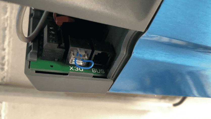 Der Anschluss des HmIP-MOD-HO erfolgt mittels der im Antrieb vorhandenen BUS-Schnittstelle. Kabel rein, Gerät an CCU anlernen, fertig.