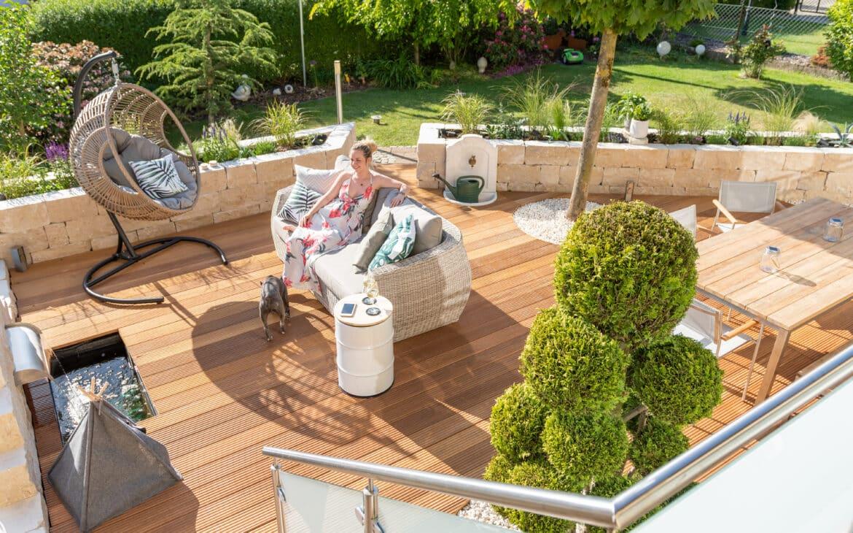 Die neue Terrasse: Bangkirai-Deck und Teakmöbel mit noch satten Farben im Sommer 2020.