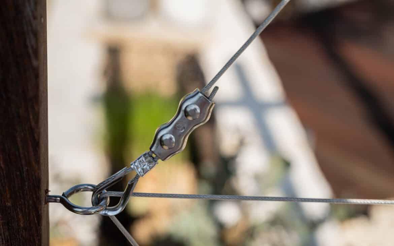 Stahlseil per Fingerhut-Umkehröse, Quetschklemme und Schraubklemme befestigt.
