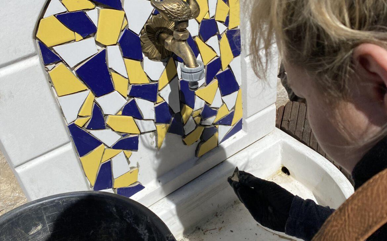 Fast wie Puzzeln: Michelle platziert ein Bruchstück im Brunnen.