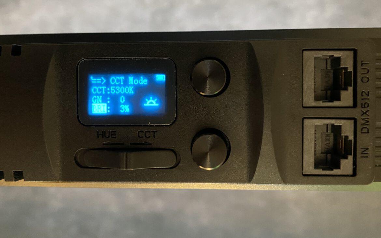 Display der Rollei Lumen Stableuchte im Weißlichtmodus mit Farbtemperatursteuerung.