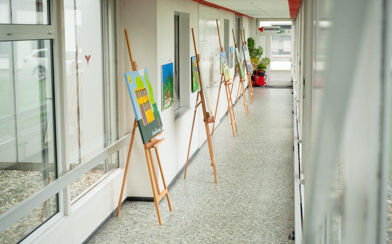 In den Kunstkursen entstandene Werke in den Fluren der Gloria GmbH.