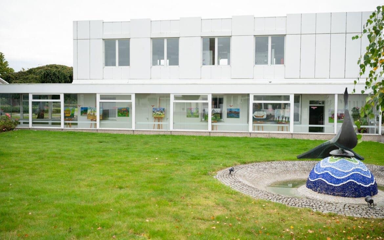 Auch von außen locken die Kunstwerke der Diakonie Stiftung Salem die Betrachter an die Scheiben der Firma Gloria in Wadersloh.