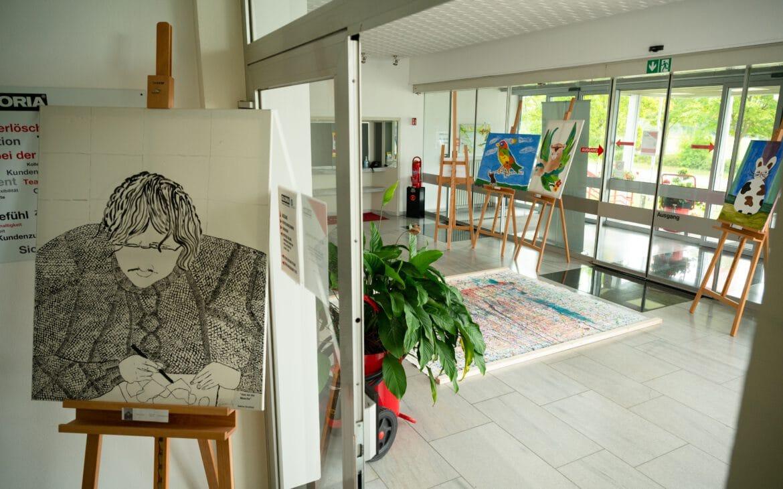 Bereits im Haupteingang erwarten uns diverse Werke der Kunstkurs-Teilnehmer der Diakonie Stiftung Salem.