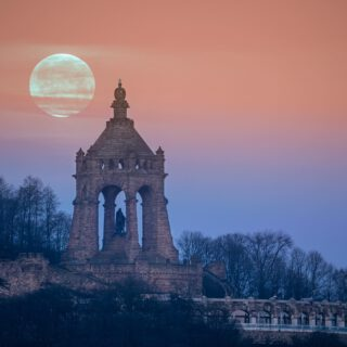 The moon setting behind the Kaiser Wilhelm Monument. I've waited over a year for this shot and finally the weather was on my side this morning around 8:27am.#portawestfalica #pixelfriedhof #weroamgermany #germanytourism #visitgermany #visitnrw #kaiserwilhelmdenkmal #hallominden #ostwestfalen #ostwestfalenlippe #mindenlübbecke #kreismindenlübbecke #moonlovers #sigmadeutschland #nikonz6ii @sigma_deutschland #sigma150600 #nikondach #timelapse @mindener_tageblatt