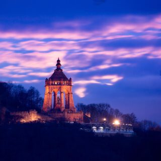 Today at 7:46am the moon set behind the Kaiser-Wilhelm-Monument. I waited nearly a year for this photo opportunity. Unfortunately today some clouds crossed my plan, but on the other hand the rising sun with it's red painted dawn sky and the moon-backlit clouds were pretty nice to look at as well. With my tripod and camera I witnessed the break of day while standing in front of my car, drinking coffee, hating clouds. #portawestfalica #kaiserwilhelmdenkmal #pixelfriedhof #weroamgermany #nikondach #nikonz #germanytourism #visitnrw #nrw #nordrhein_westfalen #mindenlübbecke #kreismindenlübbecke #deutschlandkarte #hallominden